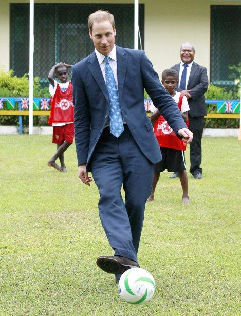 Le prince a sauté sur l'occasion de faire quelques passes sur le gazon du Village culturel de Honiara, lors d'une démonstration de soccer que les Salomoniens ont offert aux représentants de la reine, le 17 septembre. | 19 septembre 2012