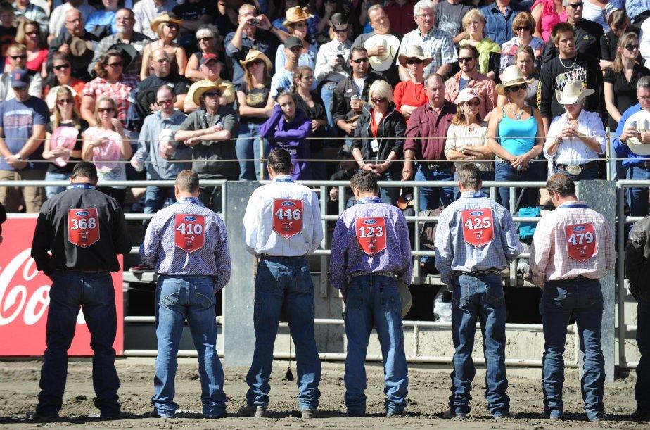 Les cow-boys récitent une prière avant de se mesurer aux bêtes dans l'arène. | 20 septembre 2012