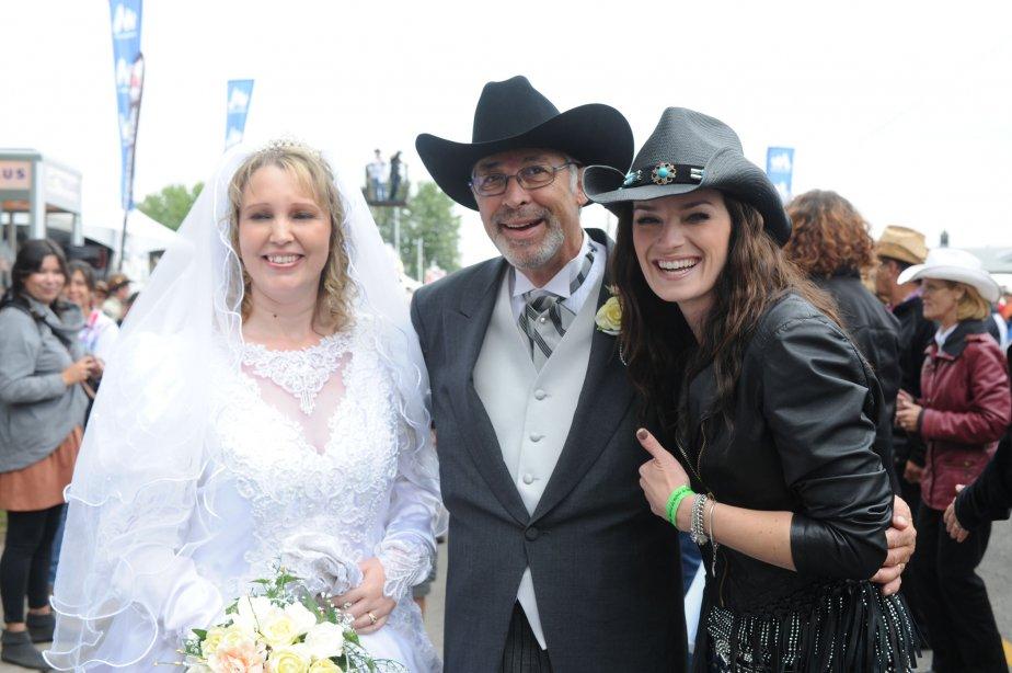 Andrée Waters a été une des premières à féliciter les mariés du traditionnel mariage western, Nathalie Normandin et Jacques Laberge. | 20 septembre 2012