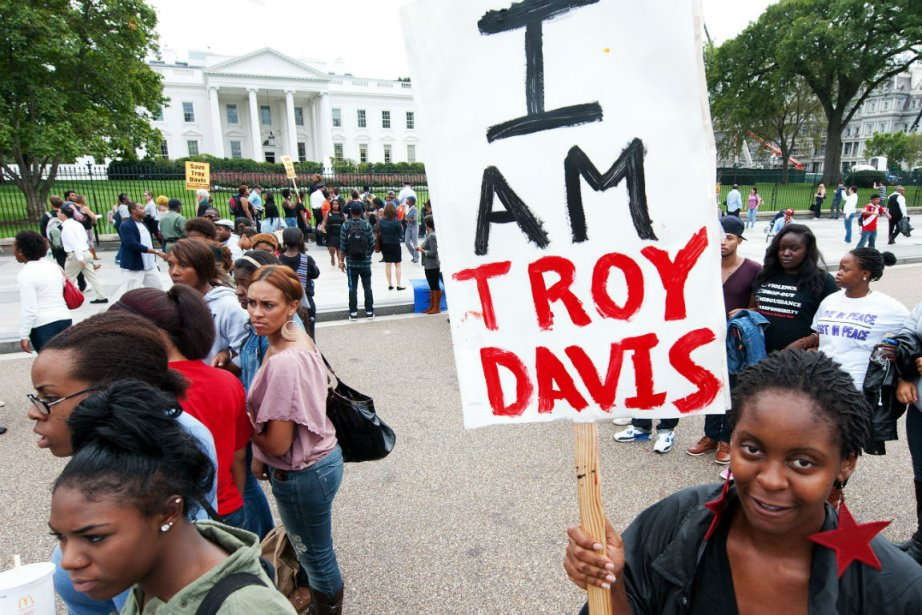 Une cinquantaine de manifestants s'est massée devant la... (Photo Paul J. Richards, Agence France-Presse)