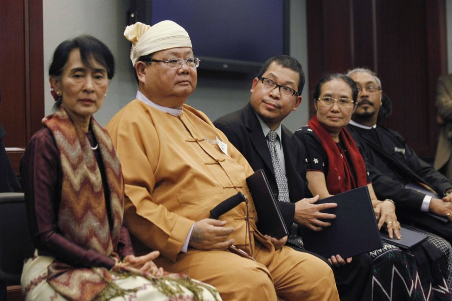 Aung San Suu Kyi et les récipiendairesdu National... (Photo Jason Reed, Reuters)