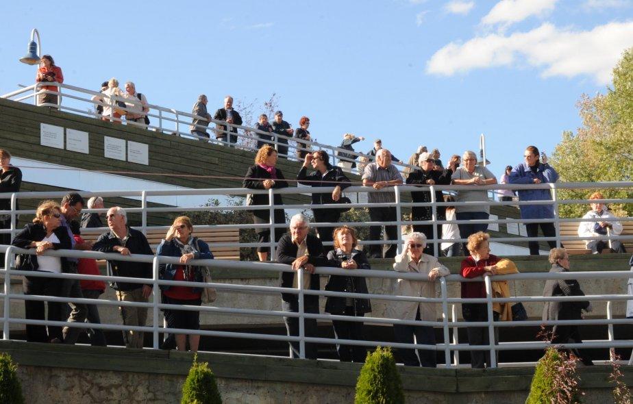 Beaucoup de curieux provenant de tous les coins de la région se sont retrouvés au parc portuaire pour admirer le Balmoral. | 21 septembre 2012