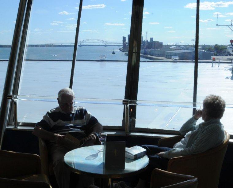 Un des lounges à bord du Balmoral. La vue sur les installations portuaires et le pont Laviolette était saisissante. | 21 septembre 2012