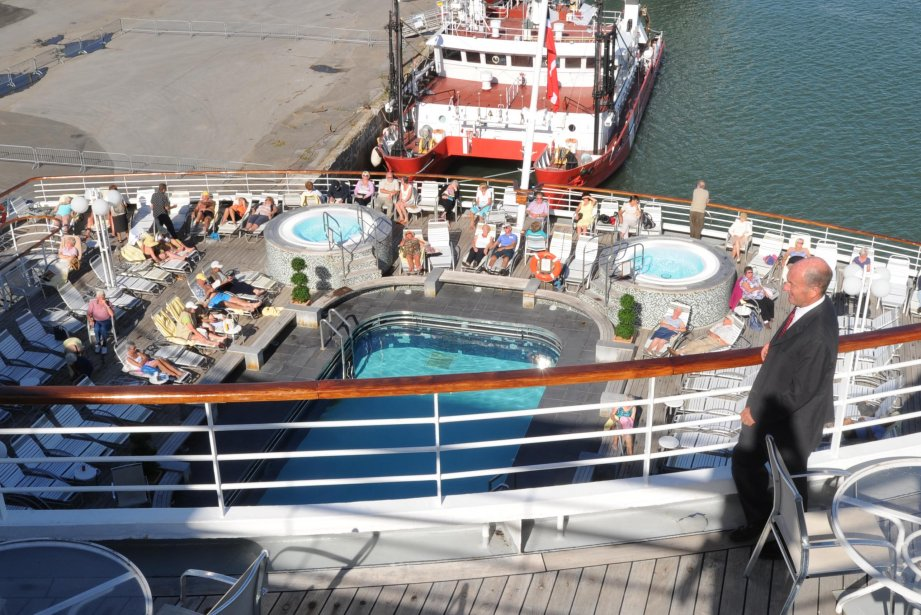 Lui-même un navigateur de métier, le maire de Trois-Rivières, Yves Lévesque, était à la fois survolté et ému d'accueillir à Trois-Rivières un premier gros navire de croisière. Le Balmoral, de la compagnie Fred Olsen Cruise Lines, est arrivé au parc portuaire peu avant 7 heures hier matin. On voit ici l'arrière du navire, avec une des piscines. Tout juste derrière le bateau se trouvait un navire de la Garde côtière, qui avait l'air minuscule à côté du Balmoral... | 21 septembre 2012