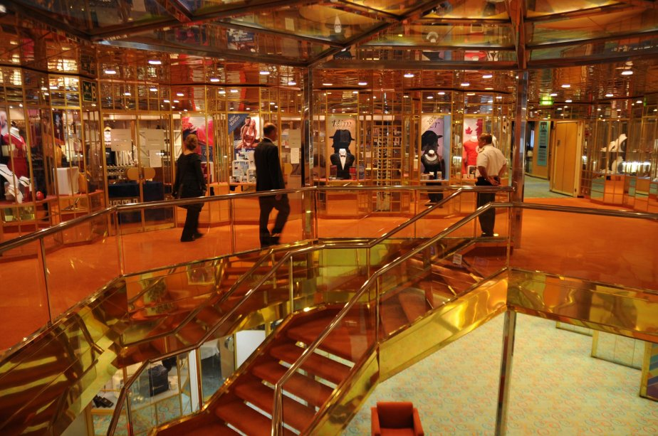 Même si sa construction remonte à 1988, le Balmoral demeure un navire élégant, considéré comme étant un trois étoiles et demie sur une échelle de cinq. On voit ici l'escalier du foyer central, qui donne sur la galerie de boutiques que l'on trouve à bord. | 21 septembre 2012