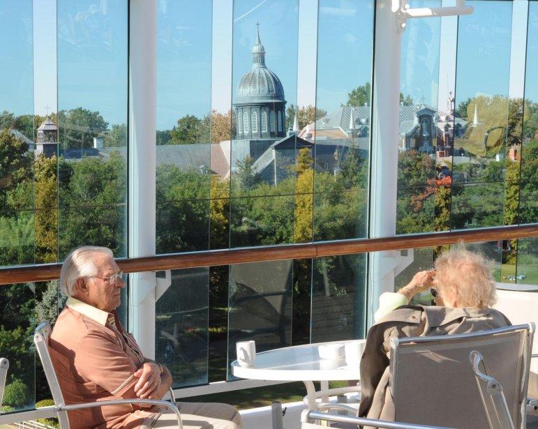 Sur un des ponts supérieurs du navire, un couple profite d'un moment de répit pour prendre un café en admirant la vue du Vieux-Trois-Rivières qui s'offre à eux. | 21 septembre 2012