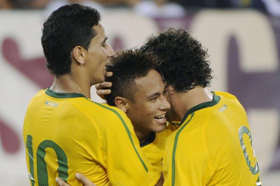 Paulo Henrique Ganso, à la gauche de Neymar... (Photo : Bill Kostroun, AP)