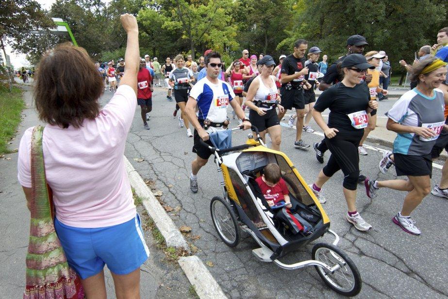 Des participants au marathon de Montréal en 2011.... (PHOTO ROBERT SKINNER, ARCHIVES LA PRESSE)