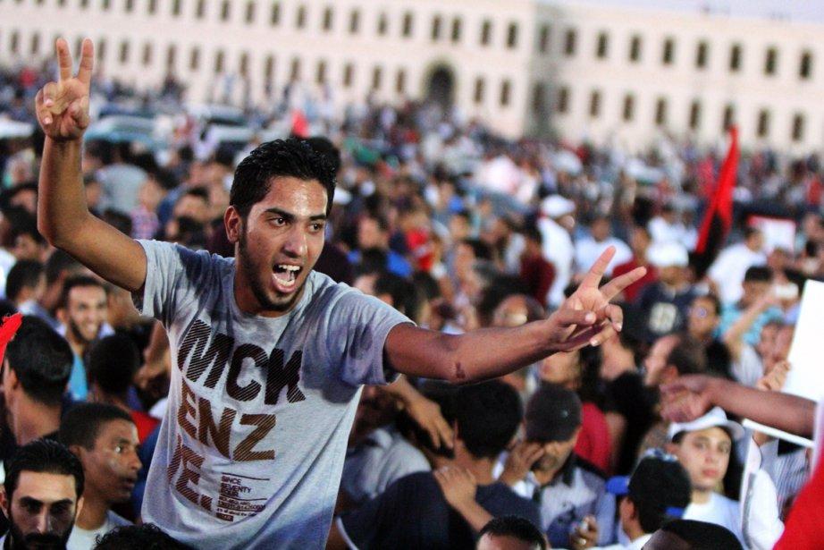 Environ 30 000 Libyens ont manifesté vendredi dans... (PHOTO ABDULLAH DOMA, AFP)