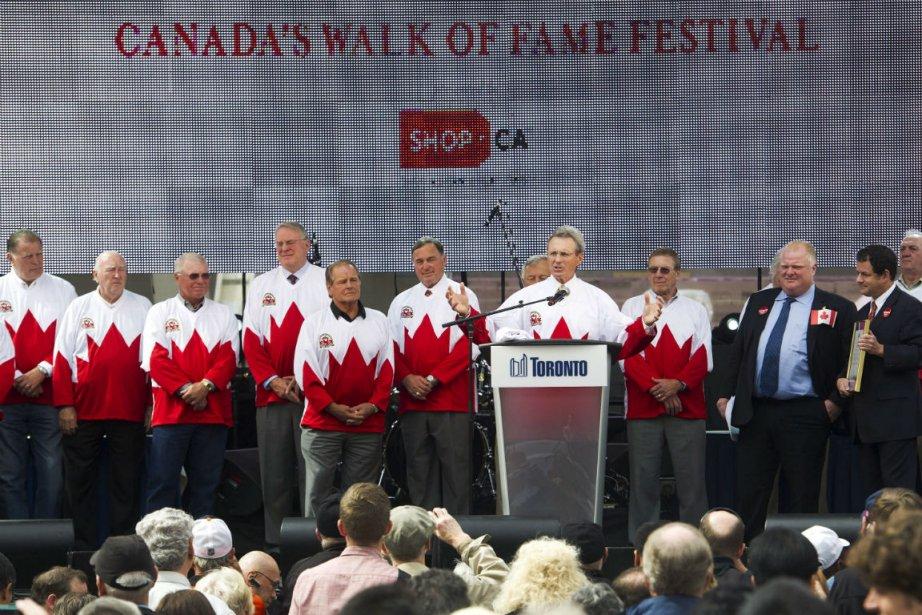 Paul Henderson et ses coéquipiers de l'Équipe Canada... (Photo Nathan Denette, La Presse Canadienne)