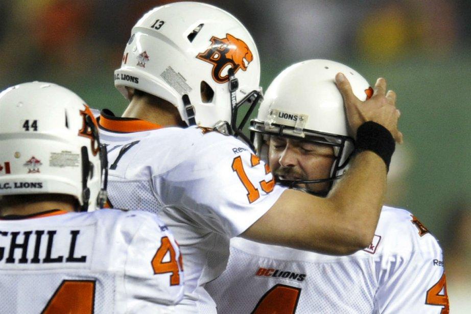 Paul McCallum (à droite) est félicité par ses... (Photo Dan Riedlhuber, Reuters)