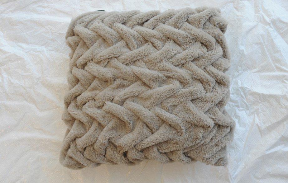 Coussin en polar tressé, 18 X 18, 20$ chez Simons (Place Ste-Foy, Québec, 418 692-3630, simons.ca) | 23 septembre 2012