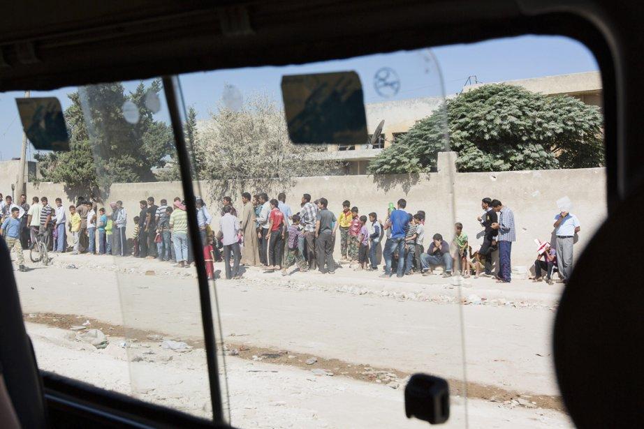 Des dizaines de résidants d'Azaz font la file pour la distribution quotidienne de pain. | 24 septembre 2012