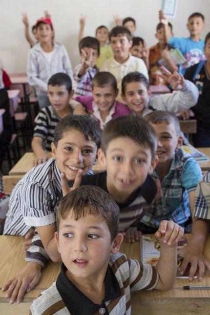 De jeunes garçons photographiés dans la seule école qui fonctionne aujourd'hui à Azaz. Une salle de classe improvisée dans une maison privée. | 24 septembre 2012