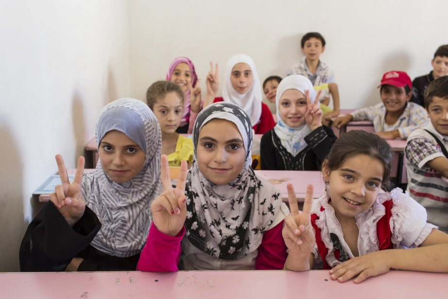 De jeunes écolières d'Azaz, qui comme leurs camarades masculins, étudient aujourd'hui dans une école improvisée dans une maison privée. | 24 septembre 2012