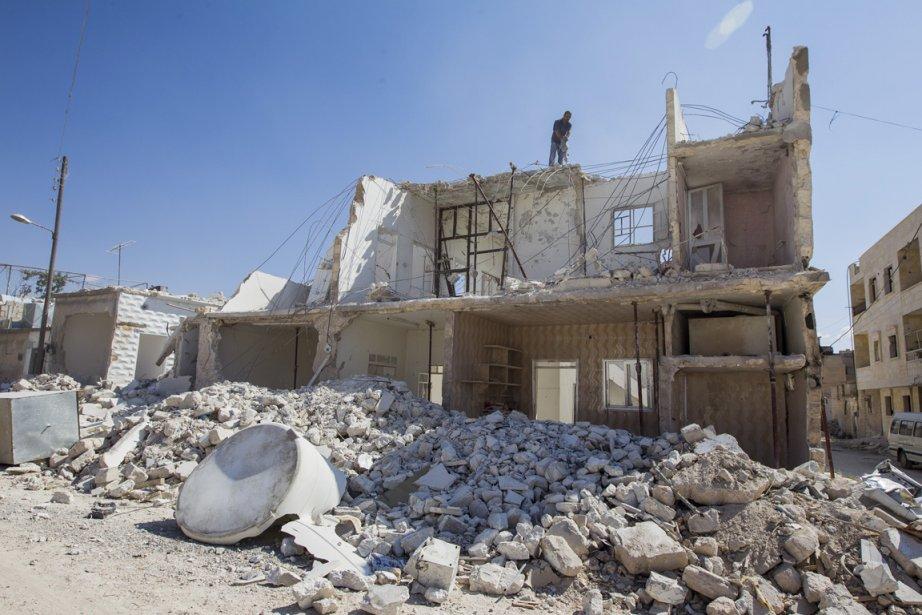 Un homme récupère des morceaux de sa maison détruite par les forces du président Bachar al-Assad, à Azaz, en Syrie. | 24 septembre 2012