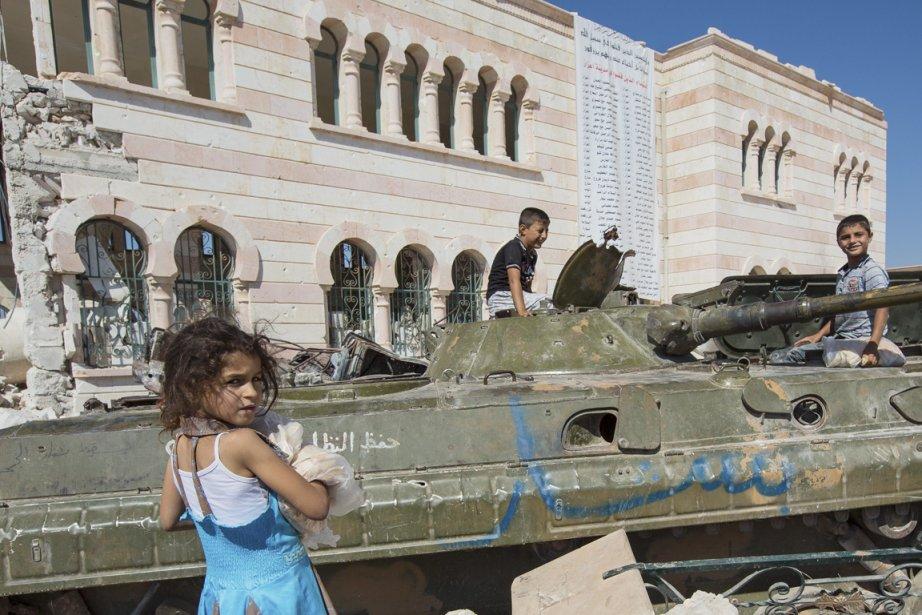Une carcasse de char d'assaut fait office de terrain de jeu pour ces enfants d'Azaz. | 24 septembre 2012