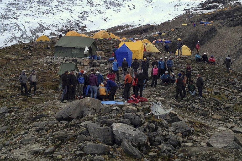 Des secouristes s'affairaient hier à soigner des victimes... (Photo: AP/Simrik Air)