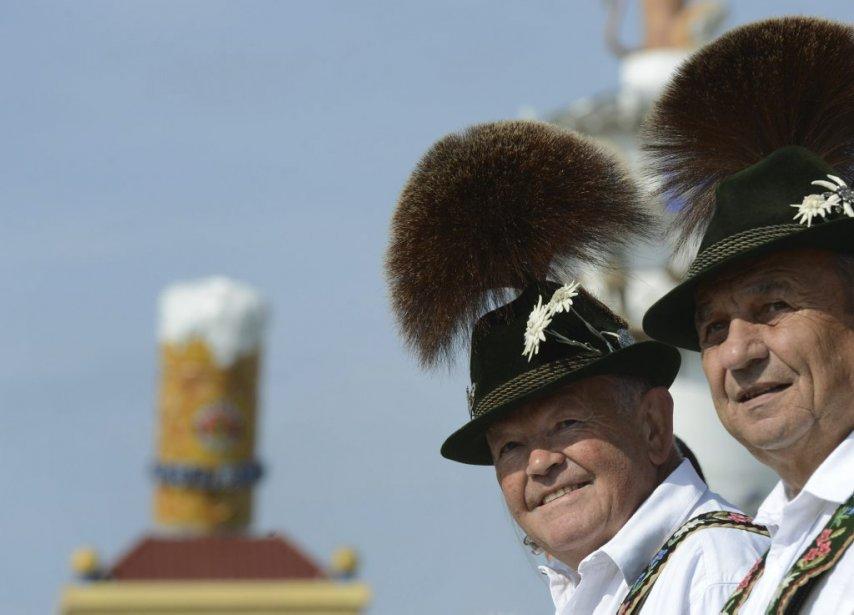 Comme à son habitude, le 179e Oktoberfest fera la part belle aux tenues traditionnelles bavaroises: dirndls, robes lacées aux décolletés plongeants pour les femmes, et culottes de peau pour les hommes. | 24 septembre 2012