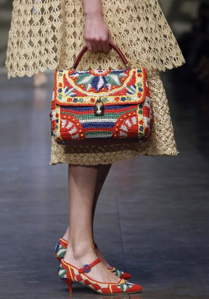 A model displays a creation from the Dolce & Gabbana Spring/Summer 2013 collection at Milan Fashion Week September 23, 2012. REUTERS/Alessandro Garofalo (ITALY - Tags: FASHION) | 24 septembre 2012
