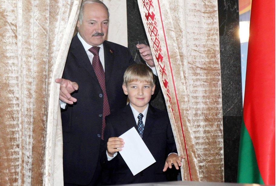 Leprésident Alexandre Loukachenko est allé voter en compagnie... (PHOTO VIKTOR DRACHEV, AFP)