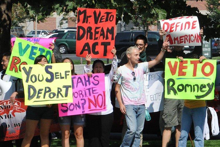 Des manifestants d'origine hispanique ont manifesté lundi dernier... (Photo: AFP)