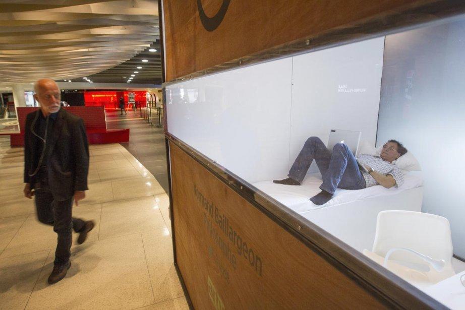 Normand Baillargeon écrivant dans son cubicule.... (Photo: Ivanoh Demers, La Presse)