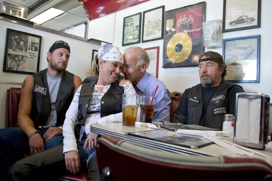 Cette photo du vice-président américain assis dans un... (PHOTO AP)