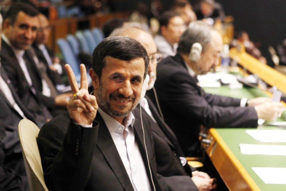 Le président iranien fait le «V» de la... (PHOTO JASON DECROW, AP)