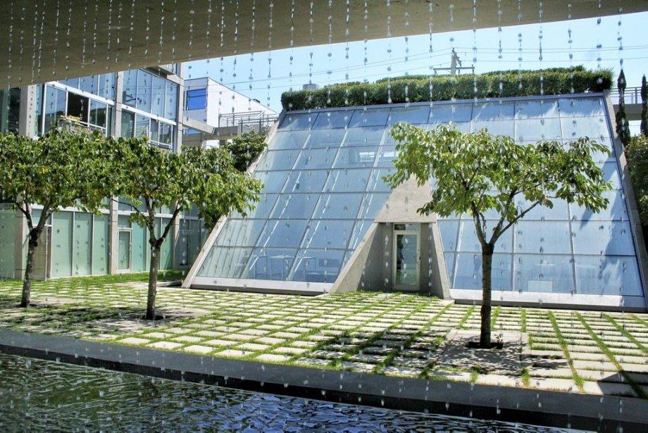 Le Waterfall Building du célèbre architecte Arthur Erickson.... (Photo: Marie-Claude Malboeuf, La Presse)