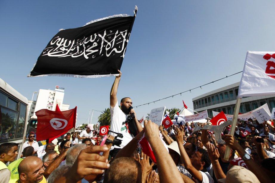 Des Tunisiens manifestent leur soutien au parti islamiste... (PHOTO ANIS MILI, ARCHIVES REUTERS)