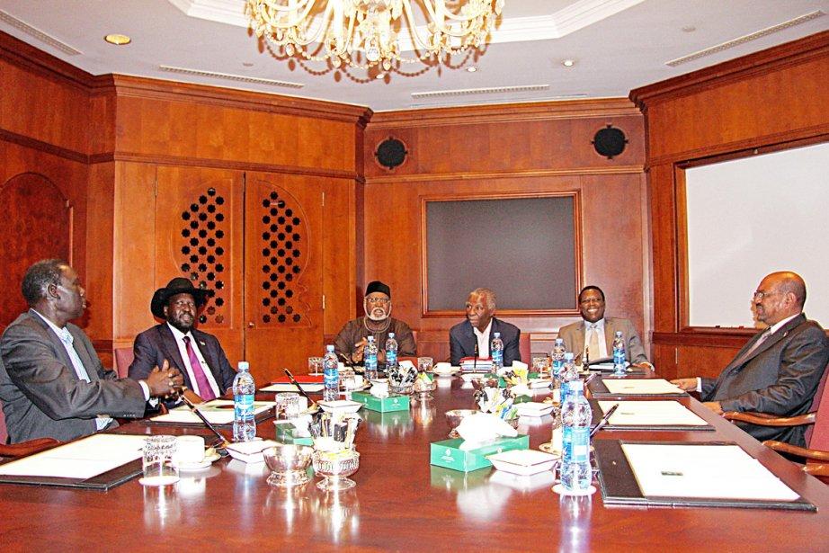 Les présidents soudanais Omar el-Béchir (à droite) et... (PHOTO MULUGETA AYENE, AFP)