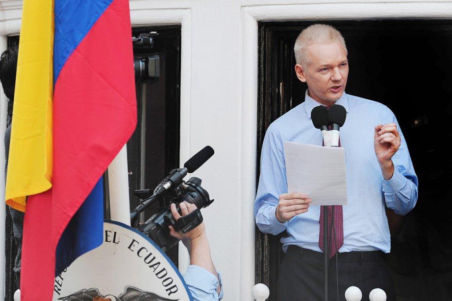 Julian Assange s'adressant aux médias et à ses... (PHOTO CARL COURT, AFP)