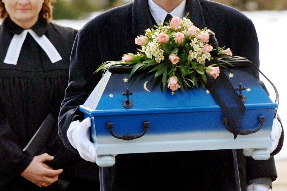 Les funérailles d'un des cinq nouveau-nés tués par... (PHOTO WULF PFEIFFER, AFP)