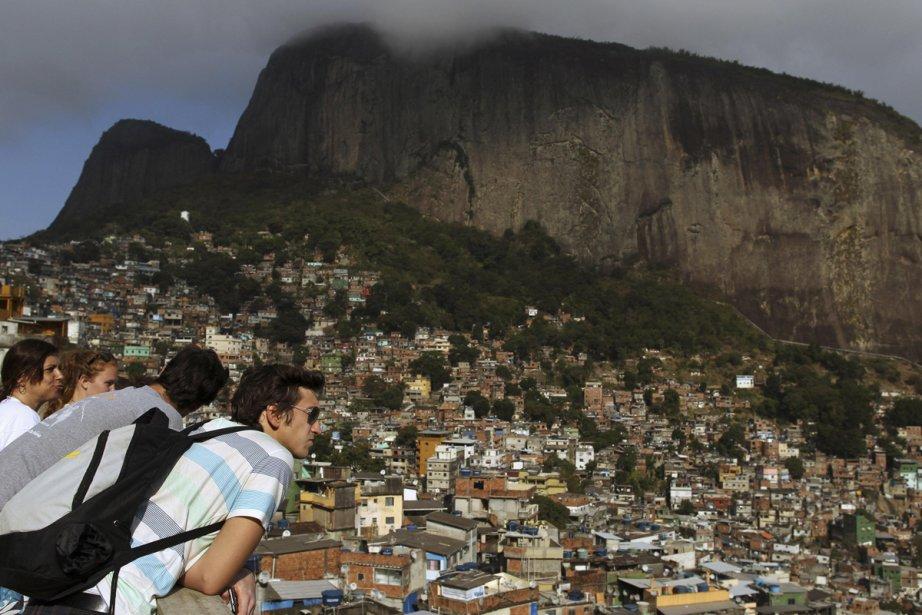 Des touristes jettent un oeil sur la favela... (Photo: Reuters)