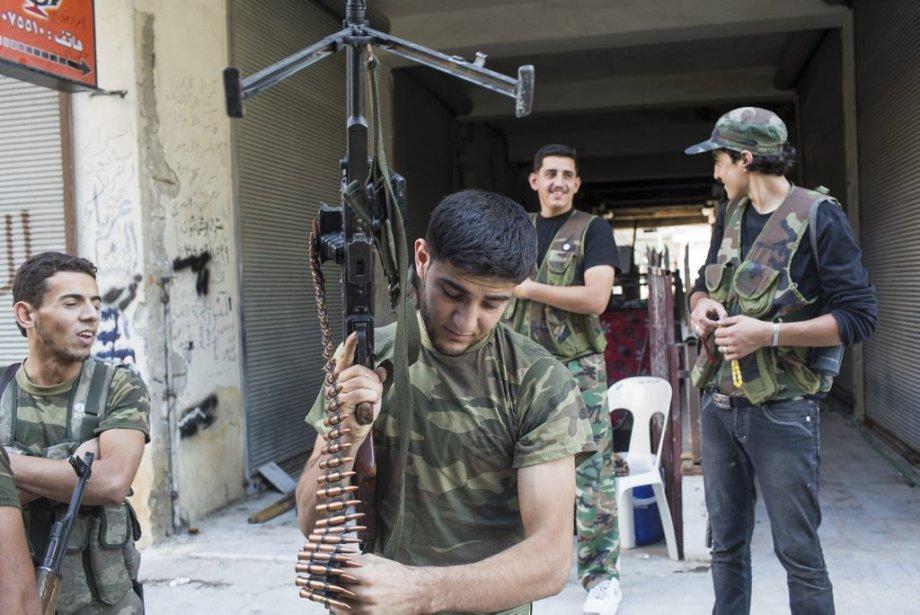 Ville d'Alep, en Syrie. Un soldat de l'armée syrienne libre prépare son arme. | 27 septembre 2012