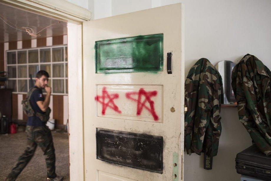 Ville d'Alep, en Syrie. Un drapeau syrien est affiché sur la porte d'une caserne de l'armée syrienne libre. | 27 septembre 2012