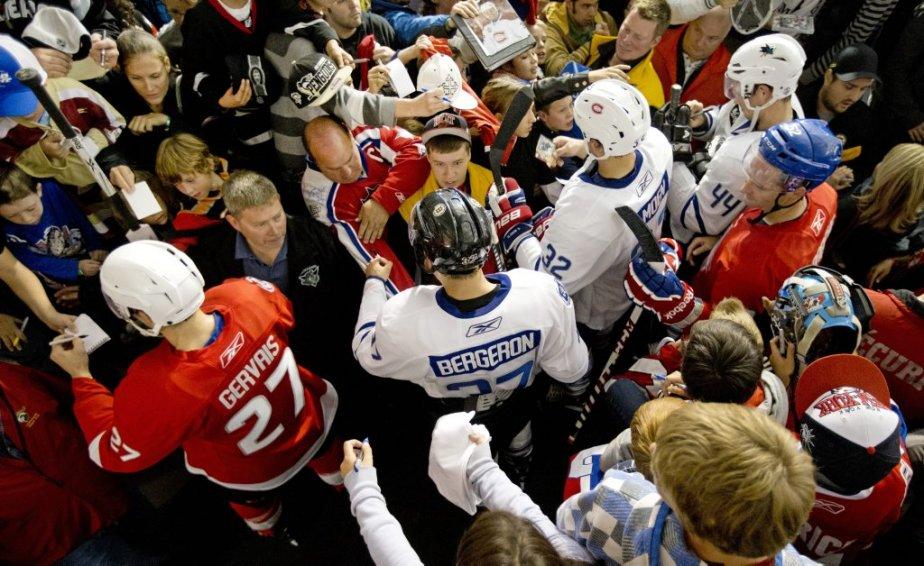 Les joueurs signent des autographes pour les fans présents au match. | 28 septembre 2012