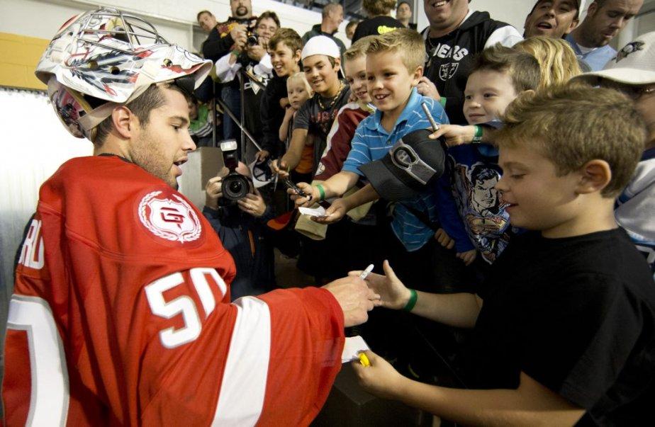 Le gardien de but Corey Crawford signe des autographes. | 28 septembre 2012