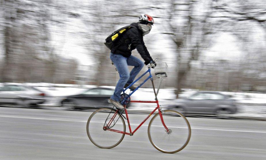 Un homme se balade sur la rue Sherbrooke à Montréal avec un vélo à deux étages. | 1 octobre 2012