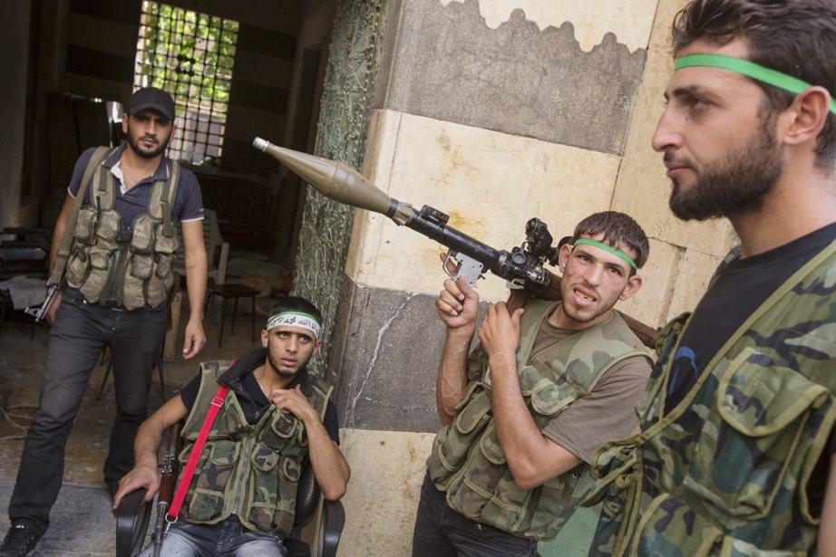 Des rebelles de l'Armée syrienne libre, photographiés dans leur QG érigé dans un musée d'Alep. | 2 octobre 2012