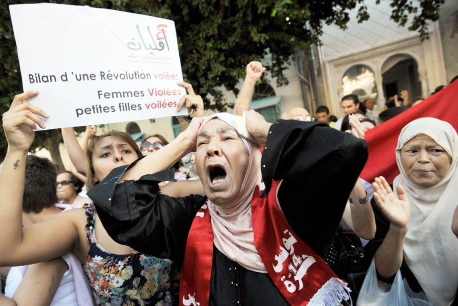 Plusieurs centaines de personnes ont par ailleurs manifesté... (PHOTO FETHI BELAID, AFP)