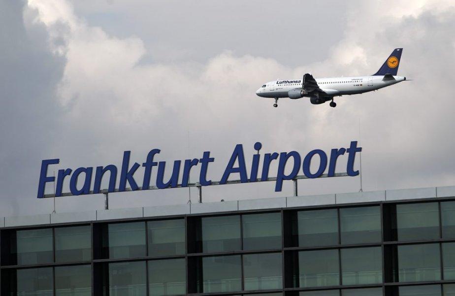 Un avion du transporteur Lufthansa vole au-dessus du... (Photo: Reuters)