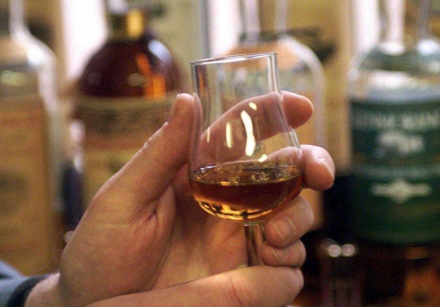 Dégustation à la distillerie de whisky Glenmorangie en... (PHOTO ASSOCIATED PRESS)