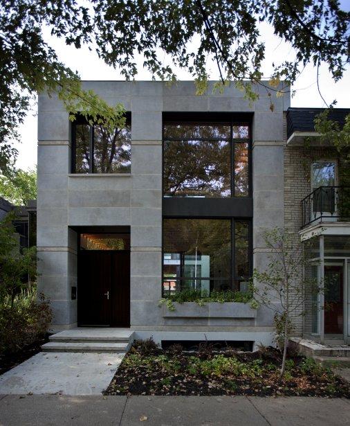 La façade, dessinée par le designer Gervais Fortin, présente de la pierre de Saint-Marc, taillée en cinq formats différents (Carrières Ducharme), des portes en acajou (Portes Baraques) et une boîte à fleurs. | 3 octobre 2012