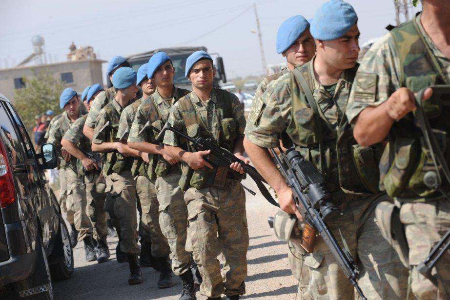 Des soldats turcs se déploient à la frontière... (Photo Bulent Kilic, AFP)
