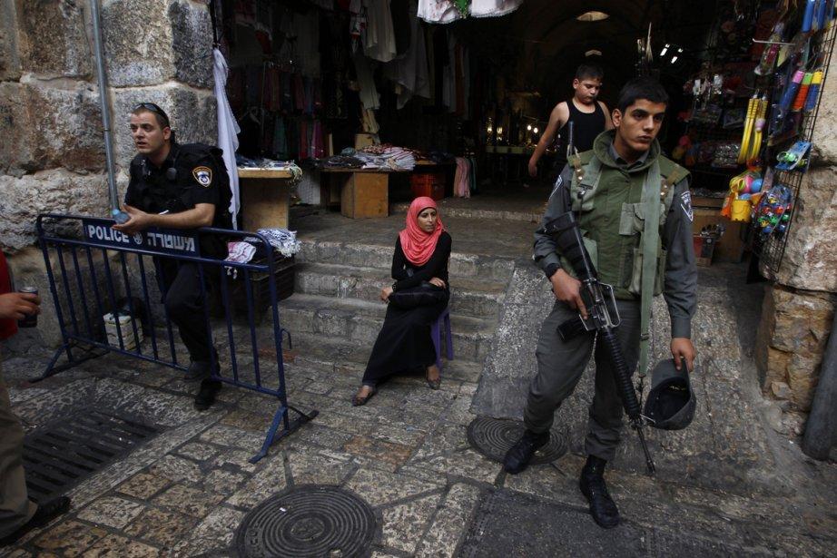 Un garde de sécurité dans la Vieille Ville... (Photo Ammar Awad, Reuters)
