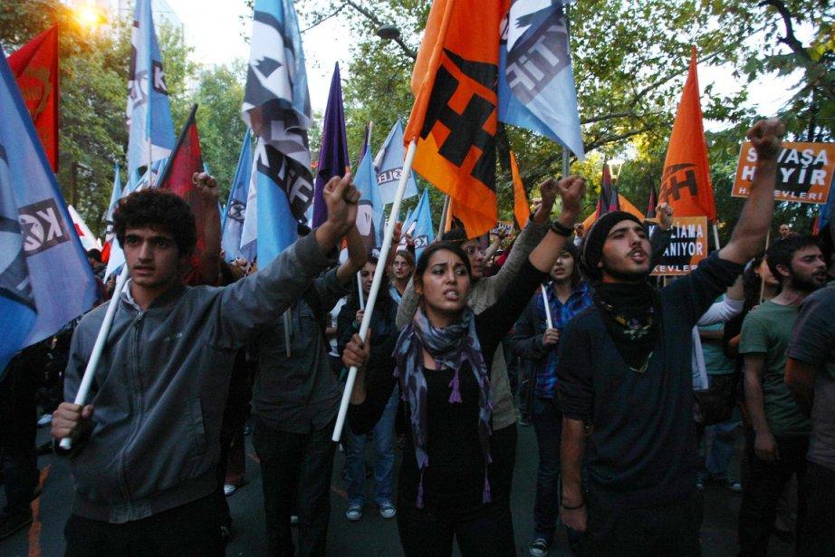 À Ankara, des personnes sont descendues dans la... (Photo Adem Altan, AFP)