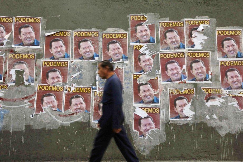 Un homme passe devant des affiches électorales d'Hugo... (PHOTO TOMAS BRAVO, REUTERS)