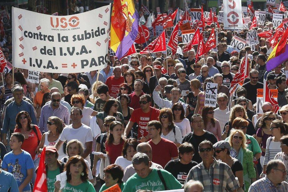 Dans la foule, parmi les drapeaux rouges et... (Photo : Andrea Comas, Reuters)